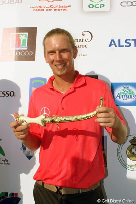 今大会は優勝カップではなく、勝者には短剣が贈られる 2013年 ハッサンIIゴルフトロフィー 最終日 マルセル・シーム