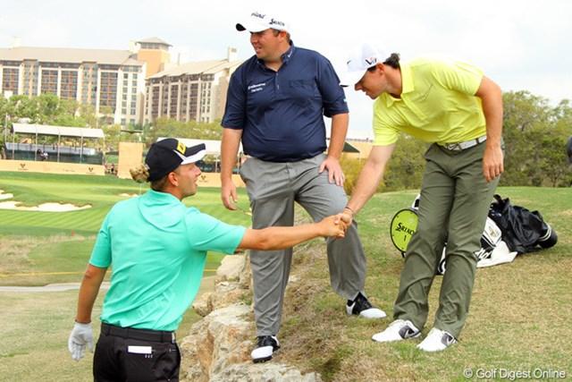 M.シームは練習ラウンド中にS.ローリー(中)、R.マキロイ(右)らに前週の欧州ツアー優勝を祝福される