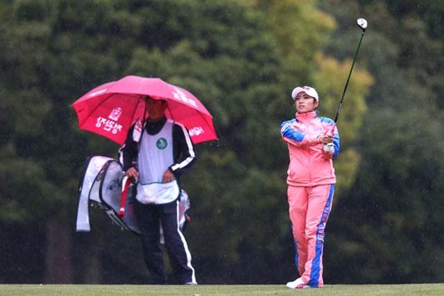 風雨が強まる不利な条件ながら単独首位に浮上。今季初勝利に王手をかけたイ・ボミ