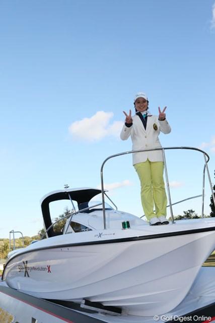 2013年 ヤマハレディースオープン葛城 最終日 比嘉真美子 副賞のフィッシングボートの上でVサイン