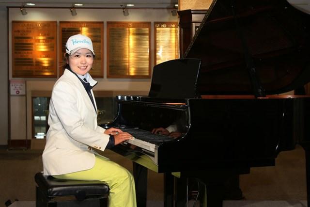 2013年 ヤマハレディースオープン葛城 最終日 比嘉真美子 ピアノも副賞でもらっちゃいました。ピアノは弾けるのかな?