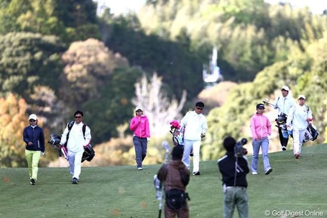 2013年 ヤマハレディースオープン葛城 最終日 比嘉真美子 大江香織 テレサルー プレーオフの3人がティショットを打ち終えセカンド地点に