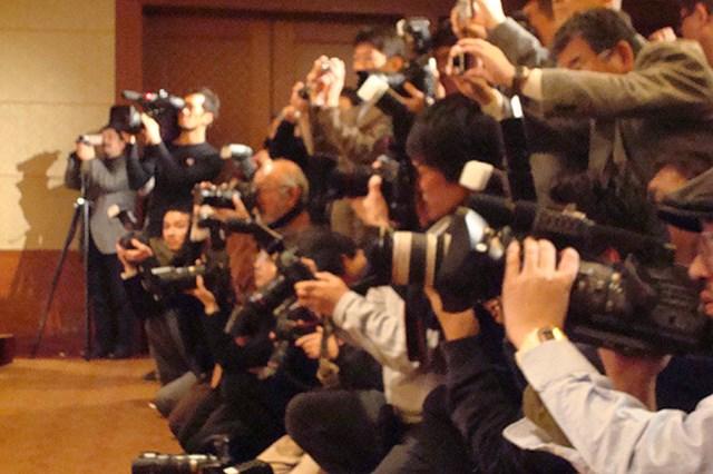 2009年 片山晋呉、新規契約発表会 選手の契約発表としては異例の多くのカメラマンたちが会場に集まった