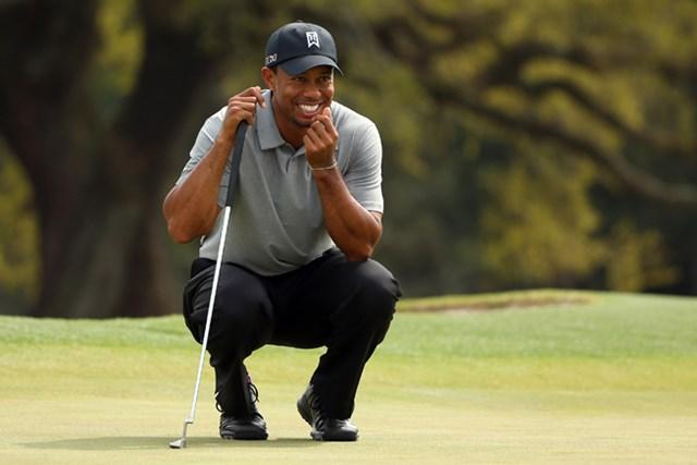 2013年 マスターズ 初日 タイガー・ウッズ グリーン上でこの笑み。気分も上々?(Mike Ehrmann/Getty Images)