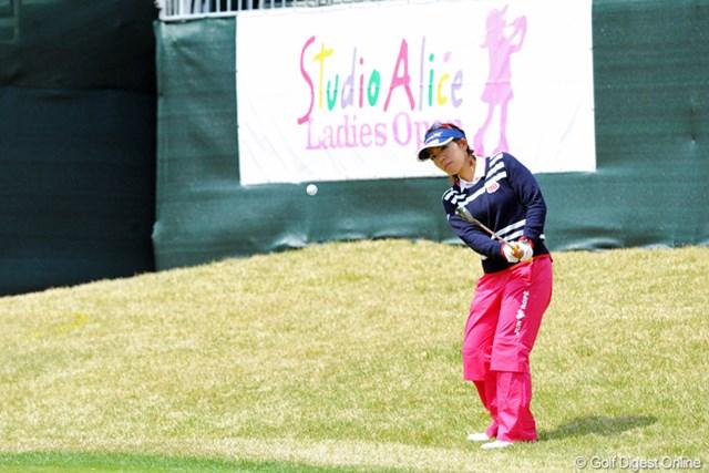 2013年 スタジオアリス女子オープン 初日 中村香織 最終18番は狙ったラフからのアプローチでパーセーブにつなげた