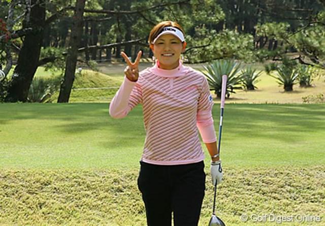 2006年 LPGAツアーチャンピオンシップリコーカップ 事前情報 横峯さくら 練習ラウンド中、カメラに笑顔でVサインをする横峯さくら