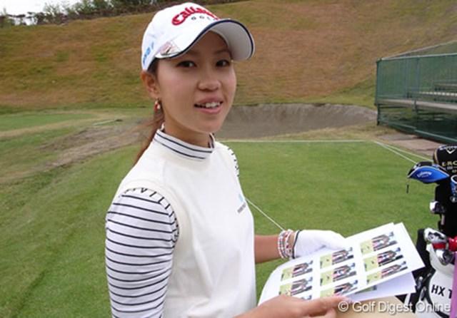 2006年 LPGAツアーチャンピオンシップリコーカップ 事前情報 上田桃子 自分のスイング写真を見て、苦笑いをする上田桃子 (c) RICOH  リコーのデジタルカメラで撮影しました