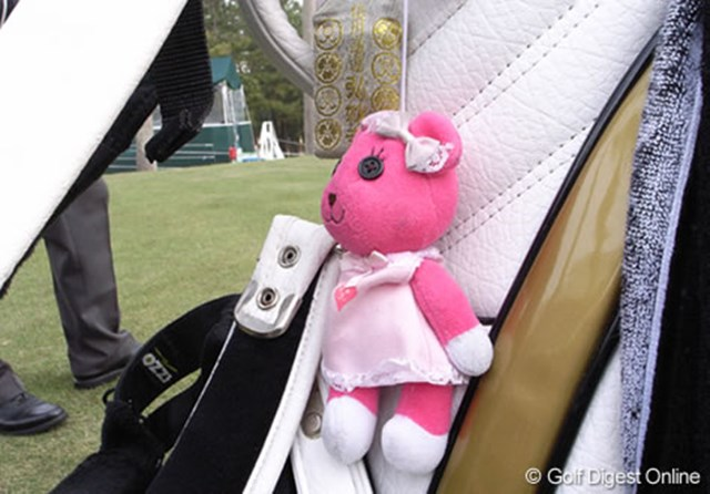 2006年 LPGAツアーチャンピオンシップリコーカップ 事前情報 上田桃子 上田桃子のキャディバッグにかけられたマスコットはモモちゃん (c) RICOH  リコーのデジタルカメラで撮影しました