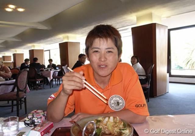 2006年 LPGAツアーチャンピオンシップリコーカップ 事前情報 天沼智恵子 クラブハウス内の食堂にて、ガッツり食事を摂るのは天沼智恵子 (c) RICOH  リコーのデジタルカメラで撮影しました