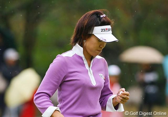2006年 LPGAツアーチャンピオンシップリコーカップ 最終日 大山志保 パットが決まらず憮然とした表情でボールを見つめる大山志保