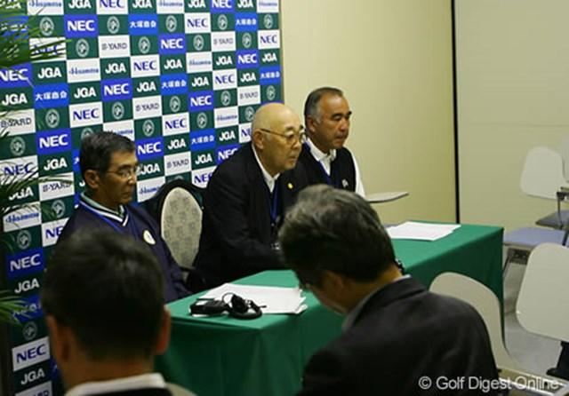 大会初日を前に行われた記者会見。野口競技委員長、川田副委員長、そしてグリーンキーパーの吉崎氏がコース設定を発表した