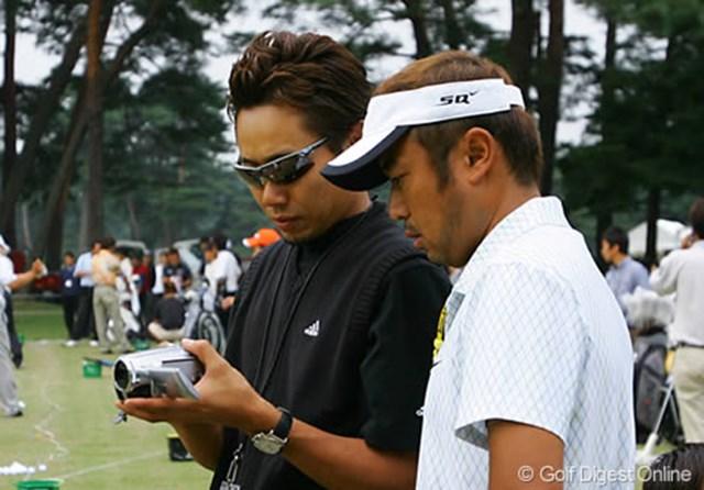 コーチの谷将貴氏とスイングの最終チェックを行うのは、ディフェンディングチャンピオンの片山晋呉