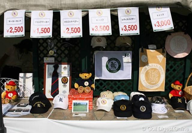 練習グリーン前にはJGA、日本オープンの記念グッズや開催コースの霞ヶ関CCのロゴ入りグッズが並べられている