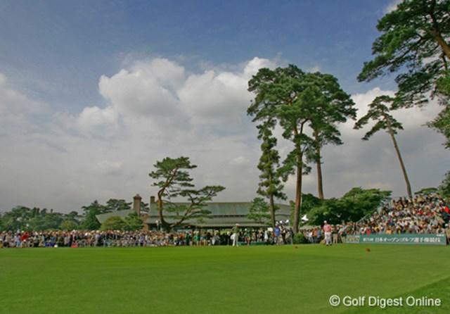 2006年 日本オープンゴルフ選手権競技 3日目 練習グリーン 大会3日目は肌寒かったが、最終組がスタートするころには陽が出始めた。練習グリーンには多くのギャラリーが集まっていた