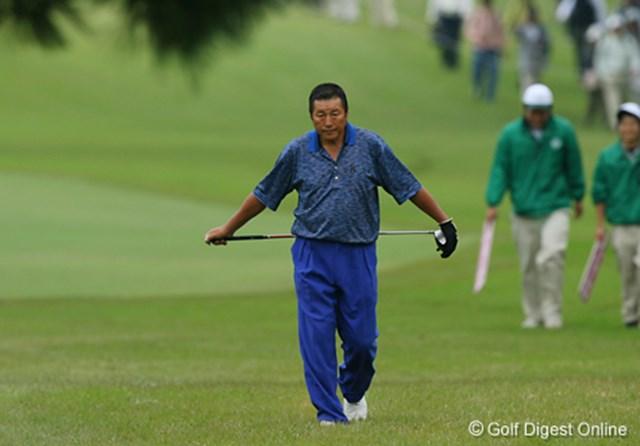2006年 日本オープンゴルフ選手権競技 3日目 ジャンボ尾崎 朝方は冷えていたためか、坐骨神経痛が不安なのか腰にクラブを当て歩くジャンボ尾崎