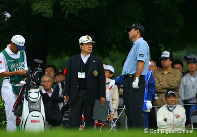 2006年 日本オープンゴルフ選手権競技 3日目 中嶋常幸 スターターを務めるミズノ社長水野氏と話すのは中嶋常幸。若手とは違い、スタート前でも緊張したそぶりはない