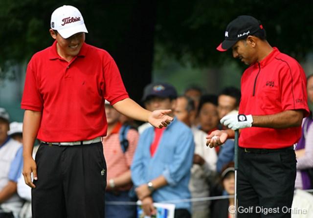 2006年 日本オープンゴルフ選手権競技 3日目 W.J.リー ジーブ・ミルカ・シン 赤いシャツに黒いパンツ。あれ!ウェアの色一緒ですね!と話すのはアマチュアのW.J.リーとジーブ・ミルカ・シン