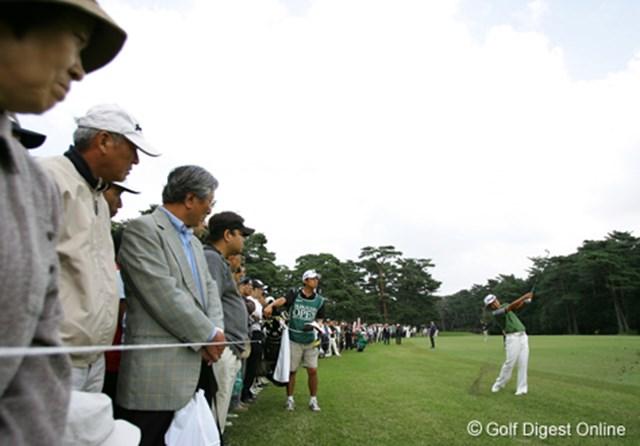 2006年 日本オープンゴルフ選手権競技 3日目 片山晋呉 前半ショットが定まらない片山晋呉。ボギー先行でスコアを落とすと、ギャラリーも固唾を呑んで見守る