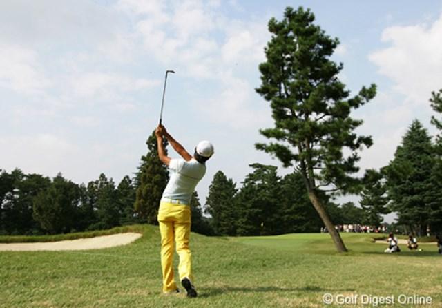 2006年 日本オープンゴルフ選手権競技 3日目 岩田寛 3連続バーディスタートで一時トップに立った岩田寛の木越えのショット、残念ながらこのホールはボギーとなった