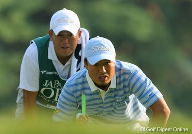2006年 日本オープンゴルフ選手権競技 3日目 谷口拓也 入れる気マンマン!真剣な眼差しでラインを読むのは谷口拓也。攻めのゴルフで4アンダー3位タイに浮上した