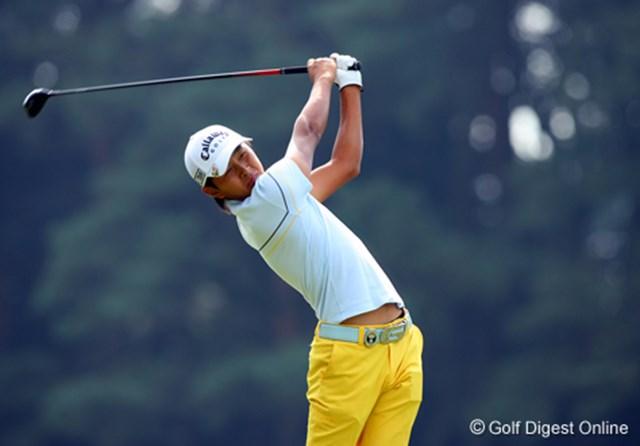 2006年 日本オープンゴルフ選手権競技 3日目 岩田寛 ヘソ出しショットはなにも女子プロだけではありません!細身の体ながら飛距離の出る岩田寛のスイング