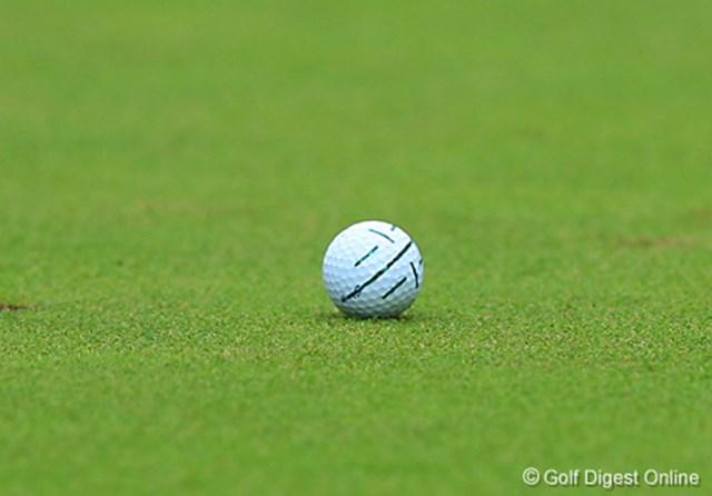 2006年 日本オープンゴルフ選手権競技 3日目 片山晋呉のボール パッティング用に何本もの線が書かれているのは片山晋呉のボール。細い線で捕らえるのではなくボール幅全体でラインを確認する
