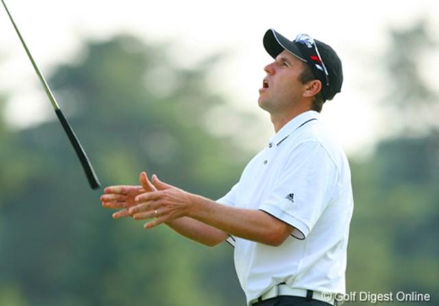 2006年 日本オープンゴルフ選手権競技 3日目 ポール・シーハン 7アンダーの単独首位で最終ホールに入ったP.シーハン。最終ホールは惜しくもバーディを外しパターを放り投げる