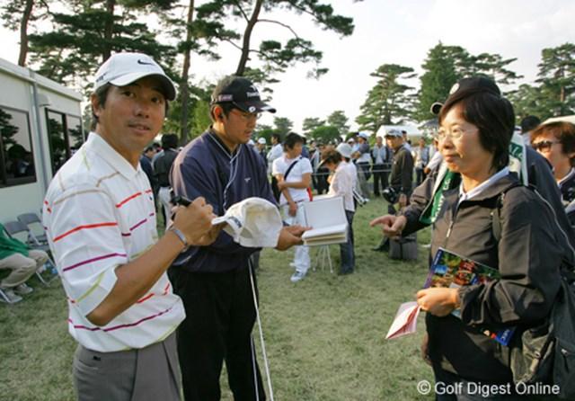 2006年 日本オープンゴルフ選手権競技 3日目 深堀圭一郎 ホールアウト後、列を作るファンの中に入っていった深堀圭一郎。多くのファンにサインを行っていた