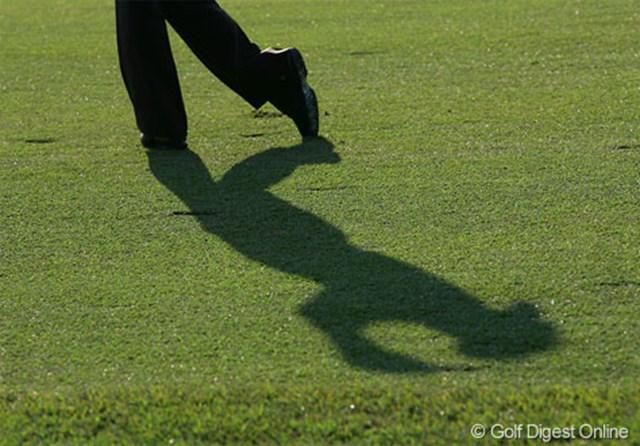 このシルエットは誰でしょう?テンガロンハットの形で分かりますね。3日目同様苦しいゴルフを強いられた片山晋呉です