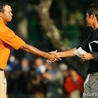 最終18番、一緒に回った谷原秀人、米山剛と3人そろってバーディフィニッシュ。「お疲れさま!」と握手を交わすタイガー・ウッズと谷原 2006年 ダンロップフェニックストーナメント 2日目 タイガー・ウッズ