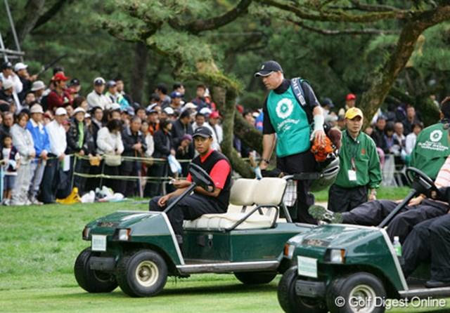 2006年 ダンロップフェニックストーナメント 最終日 タイガー・ウッズ 【プレーオフ1H目(18番ホール)】 プレーオフに向かうタイガー・ウッズ。移動はカート送迎してくれる