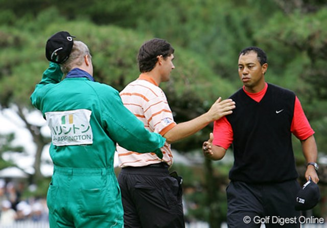 2006年 ダンロップフェニックストーナメント 最終日 タイガー・ウッズ 【プレーオフ2H目(18番ホール)】優勝が決まった瞬間、パドレイグ・ハリントンとタイガー・ウッズは互いに握手を交わす