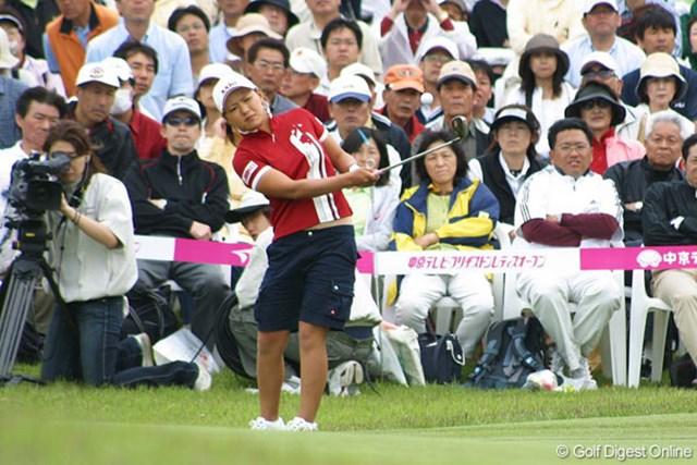 中京テレビ・ブリヂストンレディスオープン2日目 最終18番でアプローチを放つ横峯さくら。ピン側に寄せてパーで締めた