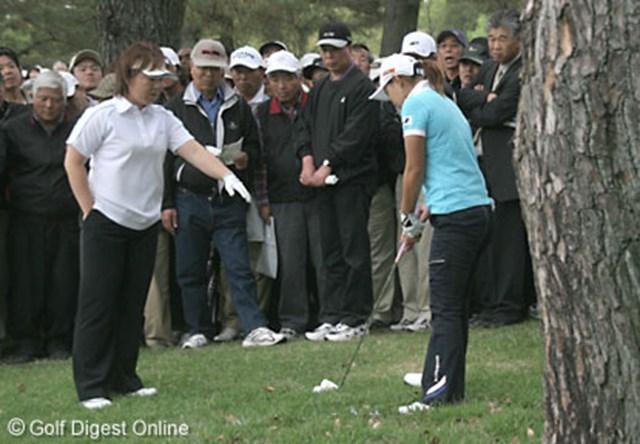 ライフカードレディスゴルフトーナメント1日目 9番ホール、アドレスが修理地に掛かる為、マーカー不動の確認を取りつつ救済を受ける横峯