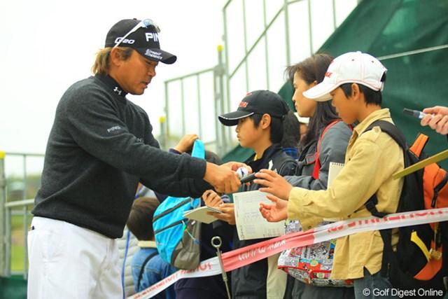 2013年 東建ホームメイトカップ 3日目 塚田好宣 ホールアウト後、ギャラリーに囲まれサインする塚田さん。「明日は優勝に向かってチャレンジする。」と力強いコメントでした。
