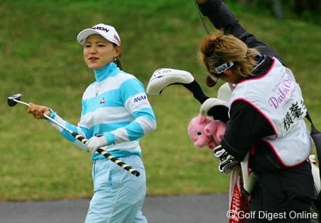 ダイキンオーキッドレディスゴルフトーナメント2日目 鮮やかなカラーのウェアを身にまとう横峯さくら。イーグルも獲って表情も明るい。