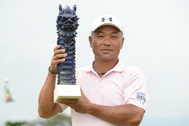 2013年 金秀シニア 沖縄オープンゴルフ トーナメント 最終日 崎山武志 シニアデビュー戦で勝利を手にした崎山武志。米国シニアツアーへの夢も見据えた (画像提供:日本プロゴルフ協会)
