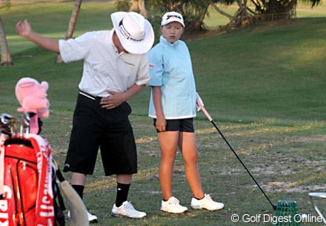 フィールズ・オープンin Hawaii1日目 ホールアウト後、父・良郎氏の熱心な指導のもと、ショット練習をする横峯さくら