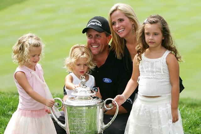 フィル・ミケルソン 2005年「全米プロ」を制したP.ミケルソンと家族たち(Stuart Franklin/Getty Images)
