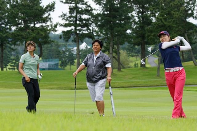 wgdnews130423 岡本綾子が指導するプロたちは、ツアーで続々優勝し、活躍している。(左・森田理香子。右・服部真夕)