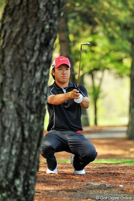 林の間から慎重に狙いを定めてます。8バーディ、4ボギーの4アンダーと、絶好のスタートを切りました 2013年 つるやオープンゴルフトーナメント 初日 伊藤誠道