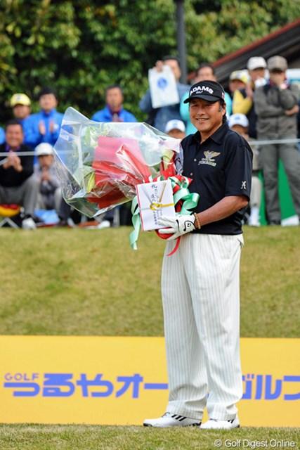 2013年 つるやオープンゴルフトーナメント 2日目 尾崎将司 ジャンボのスタート前に、昨日のエージシュートを記念して、10番ティで花束の贈呈がありました。ご満悦の笑顔です~ゥ。