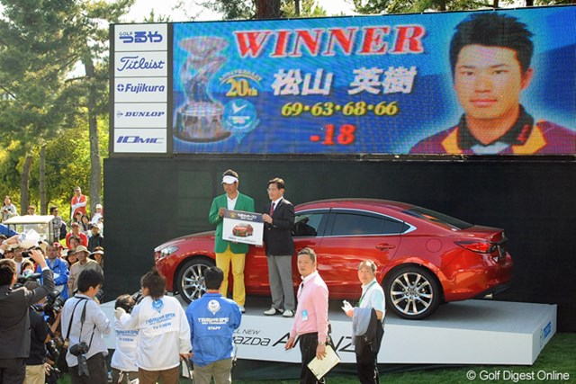 優勝副賞の車の授与式。選手紹介用のボードをでっかく入れ込もうと思って撮ったら、いろんな人が写りこんでしまいました…。