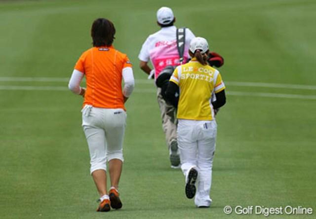 フェアウェイを疾走する全美貞(左)と横峯さくら。優勝争いの最中でも、進行が遅れていれば走ります!