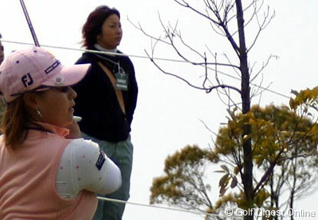 18番でラフからアプローチをする馬場ゆかり。後ろで見つめるのは姉の応援に駆けつけた馬場由美子
