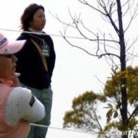 18番でラフからアプローチをする馬場ゆかり。後ろで見つめるのは姉の応援に駆けつけた馬場由美子 屋島クイーンズゴルフトーナメント初日 馬場ゆかり