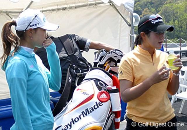 別々に練習を行った上田桃子(左)と諸見里しのぶ。クラブハウス前で遭遇し明日から始まる試合にむけ声を掛け合った