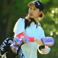 この可愛いキャディさんは誰?誰?答え・・・女子プロゴルファーの米澤有さんです。原田大介プロのキャディをしてましたよ。 2013年 中日クラウンズ 2日目 米澤有
