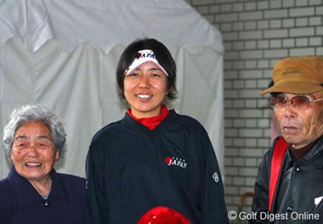 応援にかけつけた親族に囲まれ、笑顔を見せる宮里美香
