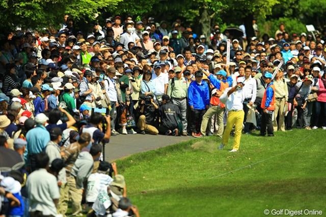 15番セカンドショットの写真ですが、なかなか日本のツアーでこのような写真は撮れないんですよ。まるでUSオープンで、タイガーがティショットを曲げた時と同じような絵になった気がします。